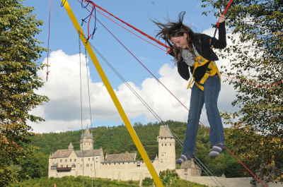 """""""Im Schatten der Burg"""", auf der anderen Bergseite, ging es zum Schuljahresstart 2010 hoch hinaus für die neuen Schülerinnen und Schüler der fünften Klasse. Fotos: Hüls"""