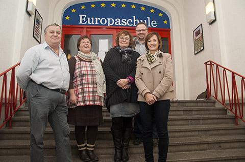 """Der Vorstand vor dem neuen Schriftzug """"Europaschule"""". Wir gratulieren!"""